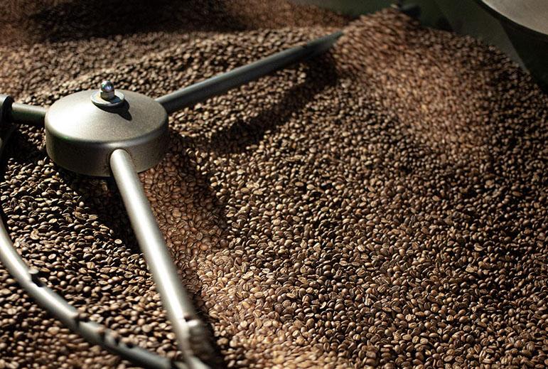 bohnen-yellicodige-beim-abkuehlen-speicherstadt-kaffeeroesterei