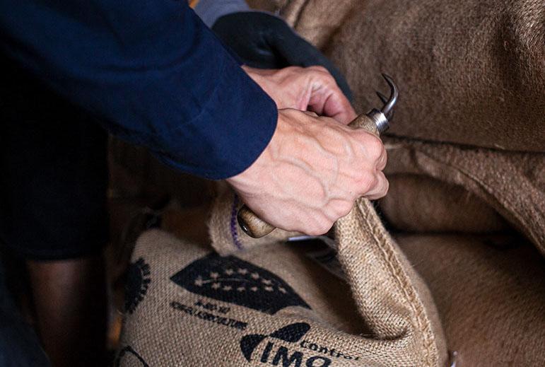 yellicodige-beim-sack-aufmachen-speicherstadt-kaffeeroesterei